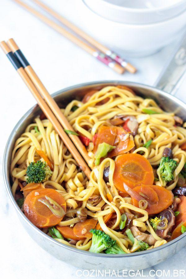 Yakisoba é um daqueles pratos com raízes em vários países. Embora seja do Japão, tem influencia da culinária chinesa. Existem milhares de maneiras de fazer yakisoba, e todas são ótimas.  Todas contêm macarrão e legumes, e, geralmente, alguma proteína. O prato é sempre frito em uma panela e terminam com um molho espesso e bem condimentado | cozinhalegal.com.br