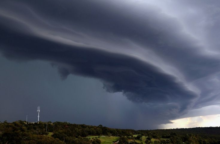 Nubi cariche di pioggia per uno spettacolo apocalittico, da fine del mondo. Succede a Sydney, investita da una spaventosa tempesta che ha danneggiato oltre un centinaio di case e lasciato senza elettricità circa 7mila persone. Le tempeste in Australia sono frequenti, specialmente durante la s