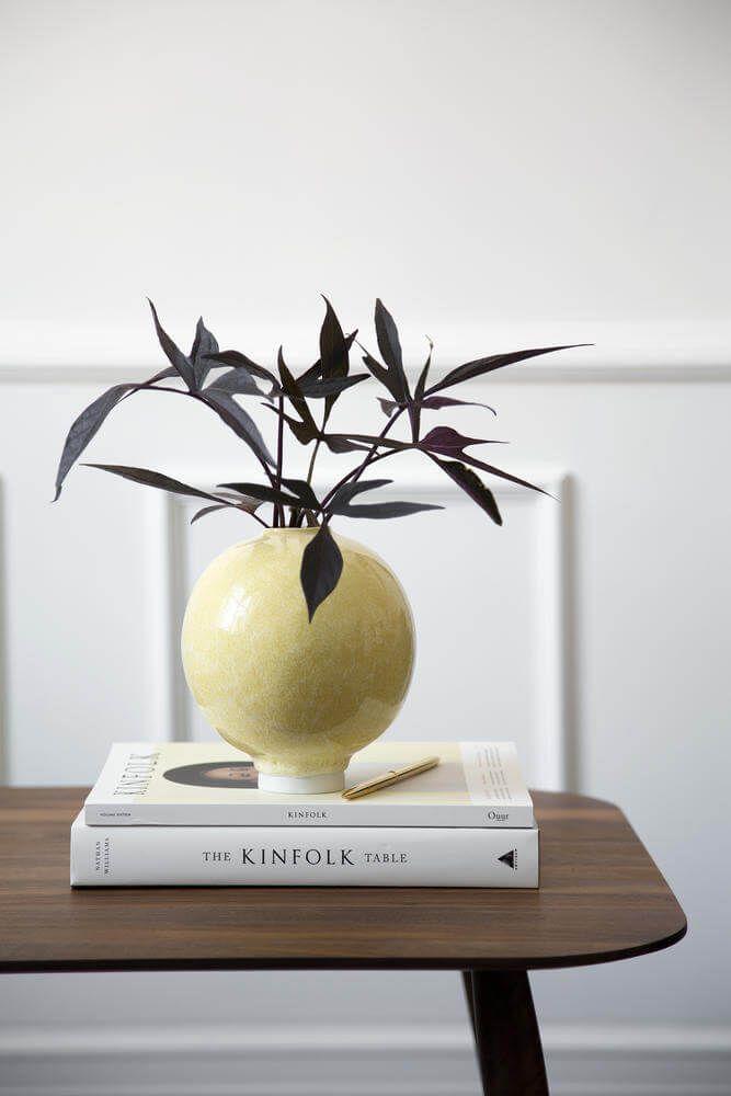 Sculpturale handgemaakte vaas in keramiek met een uniek okergeel glazuur. Deze decoratieve Een must have voor de stijlbewuste designliefhebber.