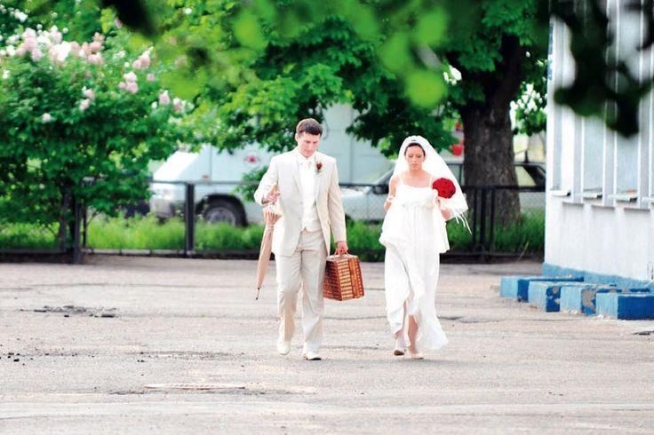СВАДЬБА В ПУТЕШЕСТВИИ. КТО ЗА ЧТО ПЛАТИТ? Вы платите за  Обед и/или приветственную вечеринку для всех гостей прибывших на свадьбу.  За саму свадьбу естественно.  Обед на следующий день после свадьбы. Опять же для всех гостей.  Транспортные расходы связанные сторжеством. Ваши гости платят за...  Свои авиабилеты.  Номера вотеле но вы должны договориться оразличных вариантах номеров сучетом разных финансовых возможностей приглашенных.  Их непредвиденные расходы. Вы не несете ответственности…