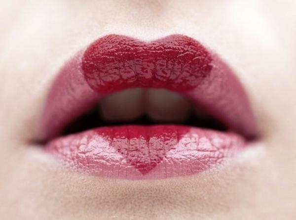 Cómo pintarse los labios en forma de corazón. Maquillar los labios y aportarles un poco de color es la mejor forma de potenciar la belleza de la parte más sensual del rostro femenino. Y es que unos labios bonitos y bien pintados son un arma infal...
