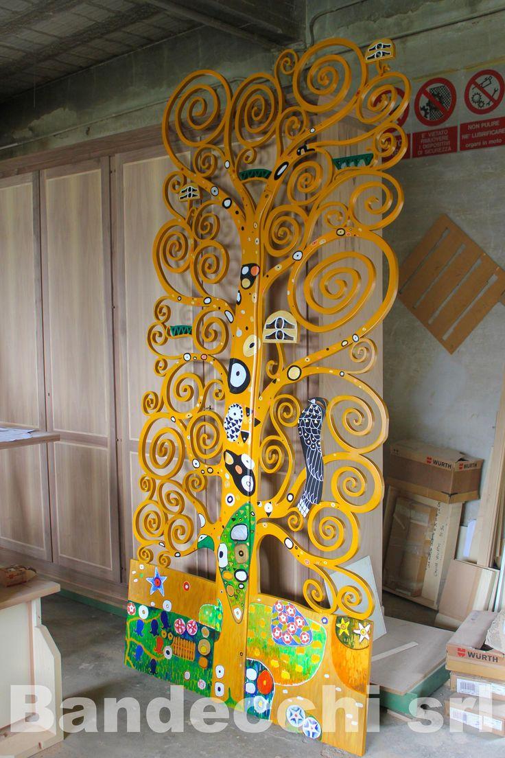 """Divisorio ALBERO DELLA VITA ispirato al famoso dipinto di Gustav Klimt. Dimensioni cm. 320 x 140 circa Realizzato in legno multistrato. E' stato dipinto completamente a mano, ricreando i particolari del del famoso quadro, naturalmente essendo un divisorio è stato rifinito da entrambi i lati. E' possibile ricrearlo variandone le misure, così da poterlo utilizzare come testata di un letto o anche semplicemente come """"quadro"""" da appendere ad un muro."""