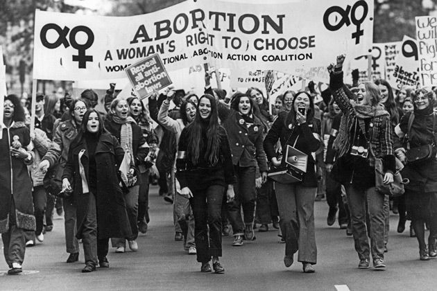 anuary 22, 1973 The Court issued its decision with a 7-to-2 majority vote in favor of Roe. Burger and Douglas' concurring opinions and White's dissenting opinion were issued along with the Court's opinion in Doe v. Bolton (announced on the same day as Roe v. Wade). The Court deemed abortion a fundamental right under the United States Constitution, thereby subjecting all laws attempting to restrict it to the standard of strict scrutiny.