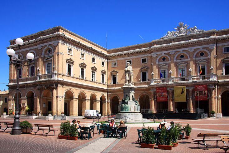 Piazza Leopardi con il palazzo comunale