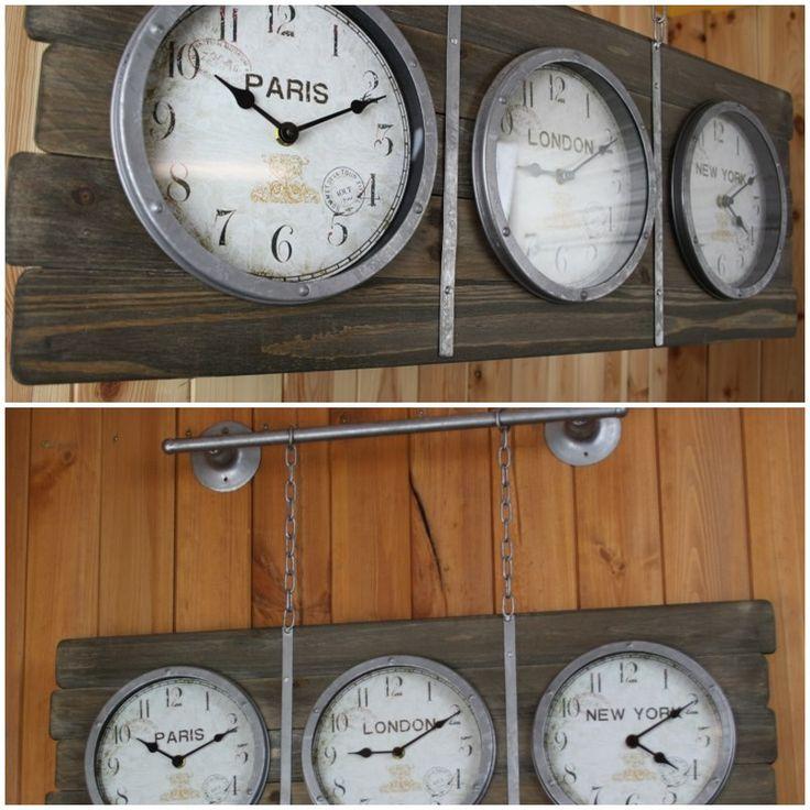Nástěnné hodiny na konzole