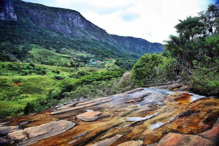 Tem coisa melhor do que cachoeira com vista para as montanhas?! Vista do alto da Cachoeira do Chiquinho na Cabeca de Boi interior de Minas Gerais #NerdsEmMG