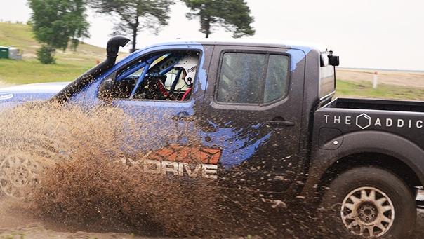 Nissan Navara Blue  Zawieszenie: 8 amortyzatorów SX Racing / 4XDRIVE  (2 szt. amortyzatorów na koło)  Felgi Evo Corse Dakar Opony: BF Goodrich / G1 / G3:  Rozmiar 245/80R 16  Bezpieczeństwo: Fotele kubełkowe i pasy sportowe 6-cio punktowe   Centralny system gaśniczy