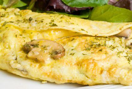 El omelet es un muy rico desayuno a base de huevos.  Esta receta combina el omelet con un relleno de champiñones cremoso.