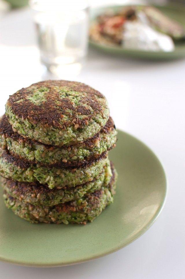 Vegetariska biffar med broccoli, basilika och vitlök