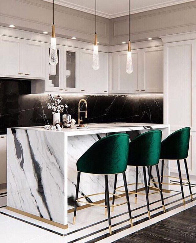 Elle Decoration France On Instagram A Marble Kitchen And Green Velvet Stools With Xxl Pendant Lights A Surprising Contrast That We Love What En 2020 Deco Maison Decoration Deco Interieure