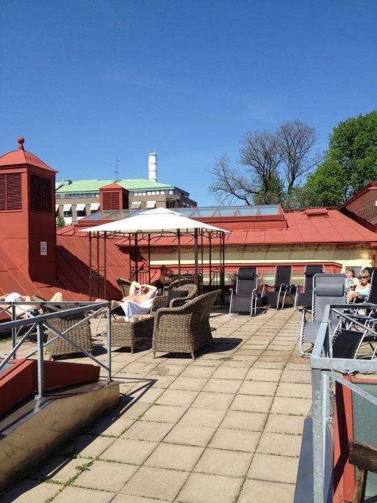 Då var terrassen nästan klar. Det är bara baren som saknas. Den är på på väg. Kom hit och sitt på en terrass bland Hagas takåsar.  www.hagabadet.se