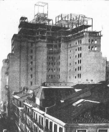 Construcción del edificio de la Telefónica desde la calle Fuencarral, Madrid, 1928. Fotografía extraída de la revista Arquitectura, 1928, nº 106 Digitalización de microfilm
