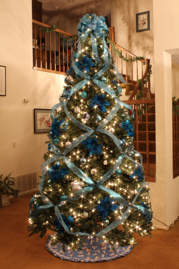Criss Crossed Ribbon - how i decorated the christmas tree this year, cept in white and gold damask ribbon (obvi)