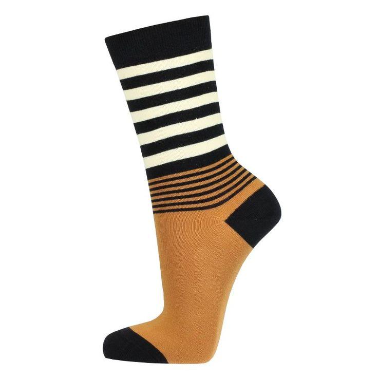 Mooie damessokken met een effen voet en een gestreept been. De hiel en tenen zijn zeer donkerblauw. Een leuke variatie op de franse bretonse streep door Bonnie Doon.