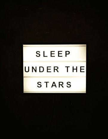 """Ljusbox med utbytbara bokstäver:  'SLEEP UNDER THE STARS' Plexiglas med aluminiumram och LED-ljus. Svart textilsladd.  MÅTT:  50 x 70 cm x 13 cm 70 cm x 90 cm x 13,5 cm  Ej dimbar.   Bxxlght grundades av Daniela Upmark i Stockholm 2013. Idén föddes under en resa till New York. """"Jag kände att jag hittat en produkt som saknades på den svenska designmarknaden. Speciellt i en tid då heminredning står i fokus och där personlig kreativitet och variation är så viktigt."""""""