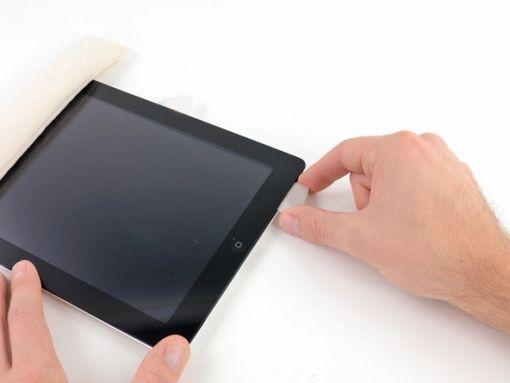 Schritt 15  -       Gehen Sie an der Wi-Fi-Antenne vorbei - das Plektrum sollte jetzt etwa 7.5 cm vom rechten Rand des iPad oder neben der Home-Taste sein - und drücken Sie das Plektrum erneut hinein, diesmal zu seiner vollen Tiefe.      Bewegen Sie das Plektrum nach rechts. Geben Sie den Kleber frei durchs Drücken der Wi-Fi-Antenne zur Frontscheibe.      Schrauben und ein Kabel sichern die Antenne an der Unterseite des iPad. Diese Aktion wird die Antenne von der Frontplatte lösen.