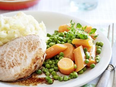 Varkensmedaillons met puree, erwtjes en wortelen http://www.libelle-lekker.be/recepten/eten/19307/varkensmedaillons-met-puree-erwtjes-en-wortelen