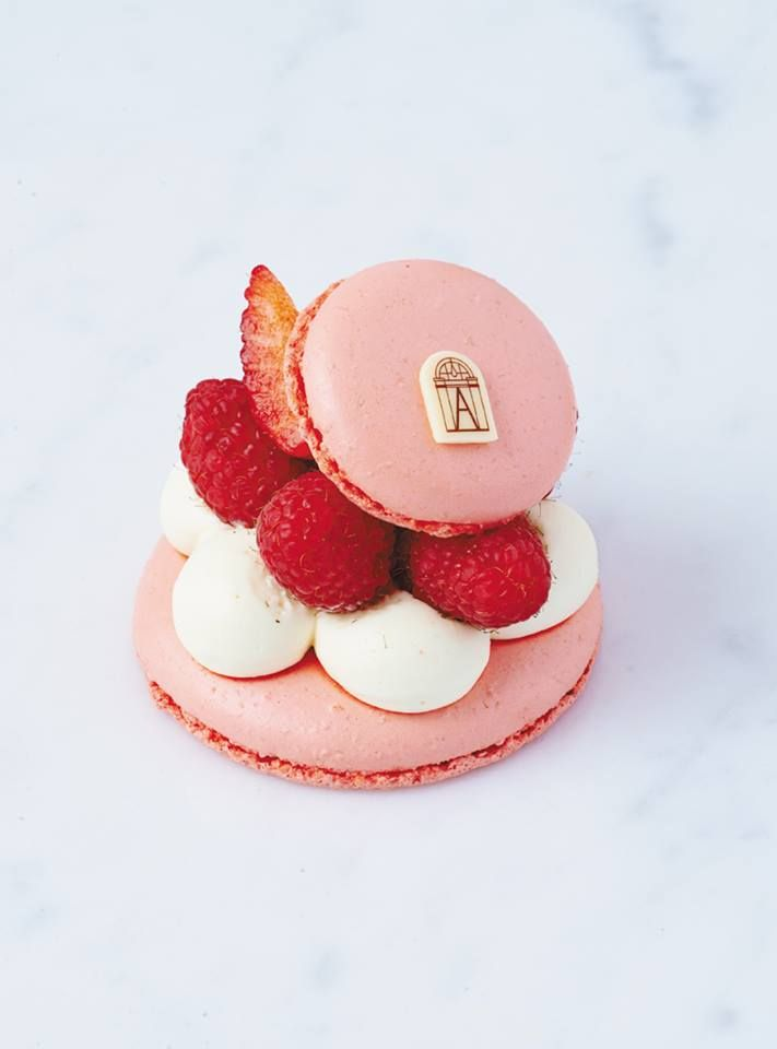 Courtisane [Macaron, Earl Grey tea cream, berry compote, raspberries] | Angelina