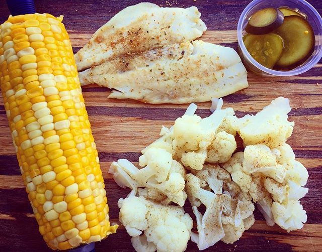 Je suis pleineeeee!!!🐟🌽 ce matin j'ai pris une pomme comme collation après avoir fait 45 minutes de stair master💦💪🏼 Gros dîner ce midi: •protéine: Morue🐟 •féculent: 1épis🌽 •légumes: chouxfleurs+cornichons  #friday#weekend#perfect#eatclean#recoveryprocess#monday#gymday#gymlife#health#healthy#healthyfood#good#yummy#recover#recovery#anarecovery#lunch#lunchtime#eathealthy#fit#fitfood#edrecover#edrecovery#strong#protein#nutrition#meal#mealplan#getfit#bodygoals