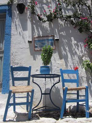 Nuray İlbars: Bodrum, Kos, İzmirKos'a gitmek Benim için neredeyse fotoğraf gezisi oldu. Bir sokak vardı, benim gibi herkes deliler gibi fotoğrafını çekti. Sokak beyaz, mavi ve mor. Aslında Bodrum'un renkleri. Sanki Bodrum, renkleriyle birlikte o sokağa taşınmış.