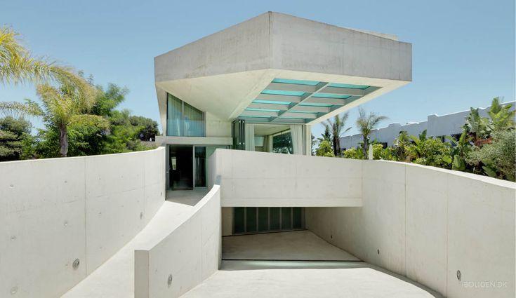 Gigantisk svævende pool med kig ned til stuen