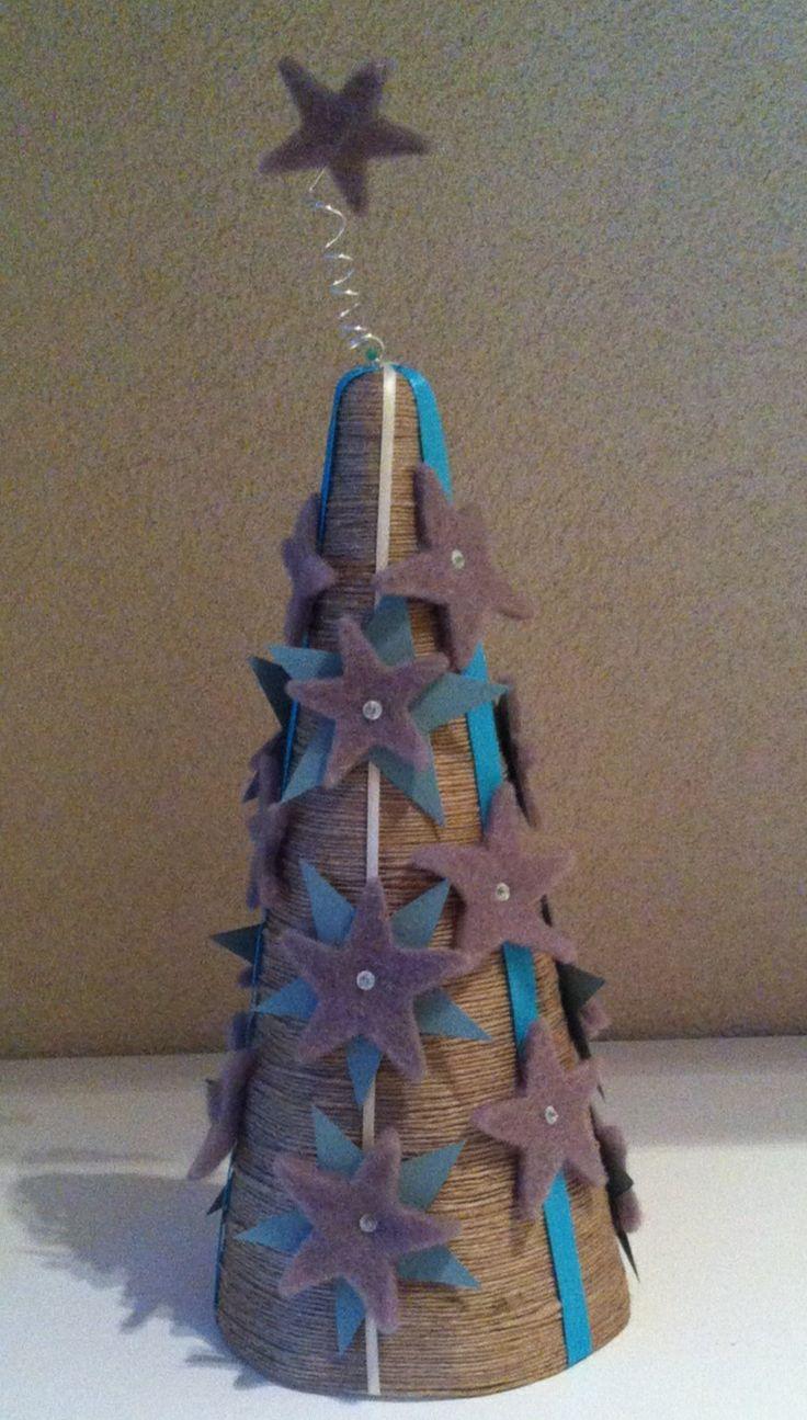 Kerstboom van piepschuim kegel! Wikkel sisaltouw om de vorm, versier deze met lint en vilt! Super idee als decoratie op de kerst dish.