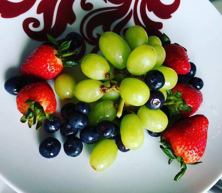 Порция витаминов с утра. Очень жду когда наступит лето и мы поедем на ягодную ферму.  #London #springinLondon #spring #Nexus5x #berries #grapes #strawberries #blueberries #vitamins #Лондон #весна #веснавЛондоне #ягоды #виноград #клубника #черника #витамины by kosheleva.alena