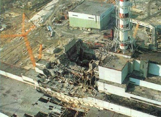 Disastro alla centrale nucleare di Chernobyl:  Un test di sicurezza compromesso dalla cieca ambizione e dalla sciatteria umana scatena l'inferno nel cuore dell'ex Unione Sovietica. Alle vite cancellate in un istante dalla tremenda esplosione se ne aggiungono altre, innumerevoli, avvelenate lentamente dalle radiazioni. Anche oggi nessuno è in grado di dire con certezza quante perdite umane sono legate a quella sciagurata notte.
