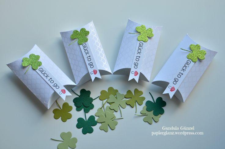 """Diese kleinen """"Glück to go"""" Pillowboxen sind ein nettes Mitbringsel für einen lieben Menschen. In den Boxen befinden sich einige Kleeblätter, die den Beschenkten Glück bringen sollen. Auch für den ..."""