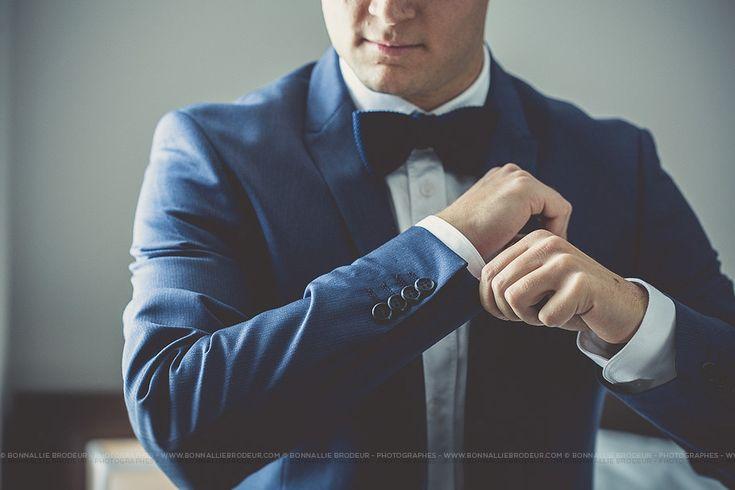Préparation du marié, veston, jacket, suit, Mariage bleu à l'auberge des Gallant Photographe de mariage haut de gamme / Fine Art Wedding photographer à  Montréal et International - Bon...