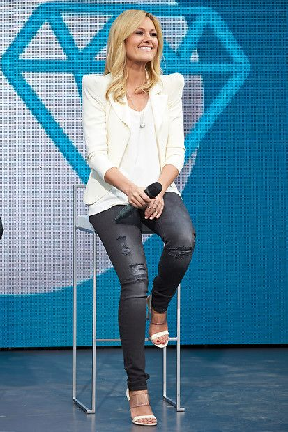 """Fashion-Looks: Helene Fischer hat den perfekten """"Casual-trifft-trendy""""-Look gefunden: Zur schmalen Skinny-Jeans kombiniert sie Pumps mit durchsichtigem Riemchen, ein schlichtes weißes Shirt und einen Blazer mit auffäligen Schulterpolstern."""