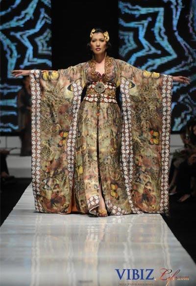 Anne Avantie again, with a magical butterfly batik pattern. Eee!    http://trendbatikjogja.blogspot.com/2010/01/anne-avantie-kasmaran-1.html