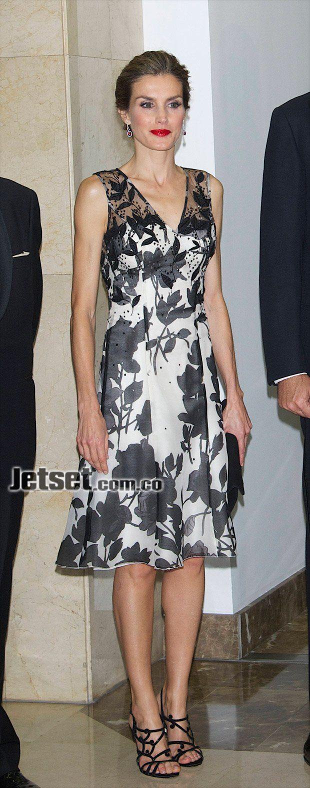A la entrega de los premios Luca de Tena, se presentó con este vestido de seda estampada con motivos florales en blanco y negro, escote en V y detalle de transparencias con apliques, de Carolina Herrera. US$ 2.240