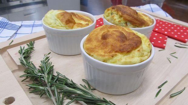 Weder Fisch noch Fleisch ist das Soufflé von Enie: Es ist nämlich voll Käse. Enie backt ein herzhaftes Käse-Soufflé aus Greyerzer-Käse und Gouda. Da läuft einem schon beim Rezept lesen das Wasser im Mund zusammen.