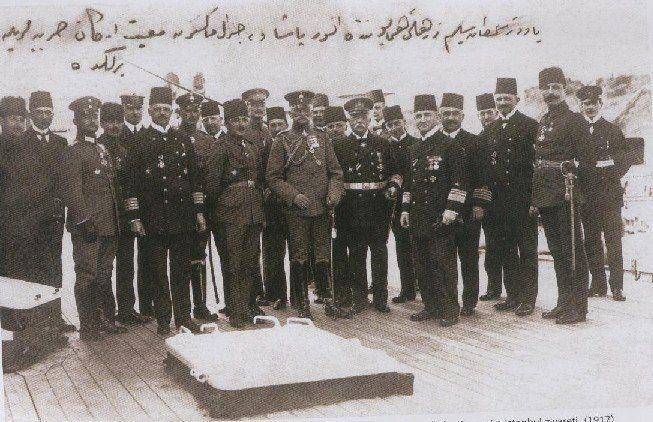Alman mareşali Mackenzen'in 1917'deki İstanbul ziyaretinden bir kare... Soldan gemi komutanı Ackerman (denizci), yanında Enver Paşa, yanında Mackenzen, yanında Amiral Usedom, yanında Amiral Souchon, ve en sağda uzun boylu Alb. Fahrettin (Altay).
