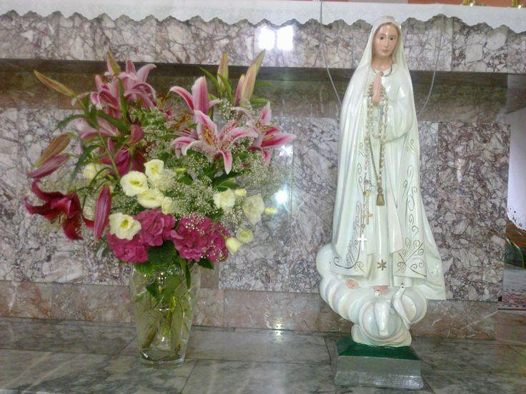 Dekoracja ołtarza: lilie, eustoma, hortensje