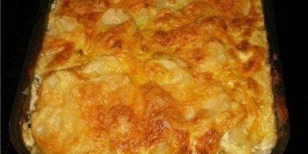 Просто вкусно... Ингредиенты: картофель (6шт), фарш свинина говядина (400г), грибы (100-150г), лук (1шт), сметана (1 стакан), яйцо, чеснок (2 дольки), соль, перец. Приготовление: Приготовление: Картофель очистить и нарезать тонкими ломтиками. Лук порезать полукольцами. Грибы порезать небо