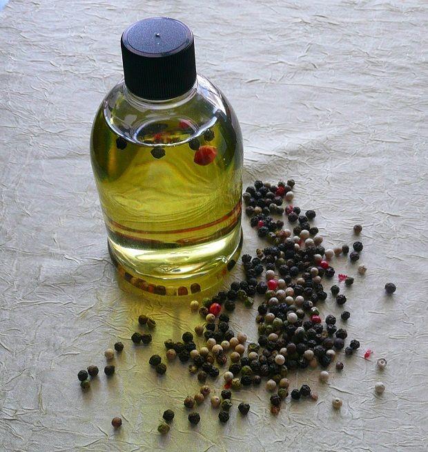 Karabiber Yağının Faydaları Nelerdir?Doğu kültüründe karabiber mutfağın ayrılmaz bir parçasıdır. Yağı ise bu faydalı baharatın kullanılan başka bir formudur.    Karabiber Yağının Temel Bileşenleri  Phellandrene, Pinen,  Limonene, Mirsen, Linalol, Sabinene, Beta bisabolene, Beta karyofillen, Alfa termineol, Pinocarveol, Alfa terpenene, Kamfen, Kalsiyum, K Vitamini, Manganez, Lif, Demir, Fosfor, Selenyum, Potasyum