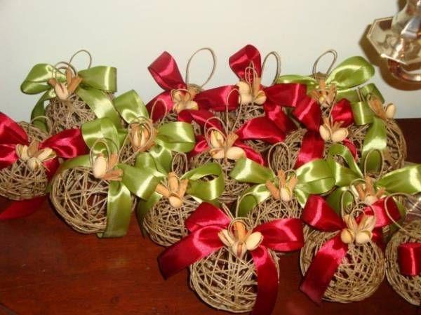 Palline di Natale fai da te con lo spago, ecco come realizzarle. Se siete amanti del fai da te, potete creare delle decorazioni natalizie davvero originali