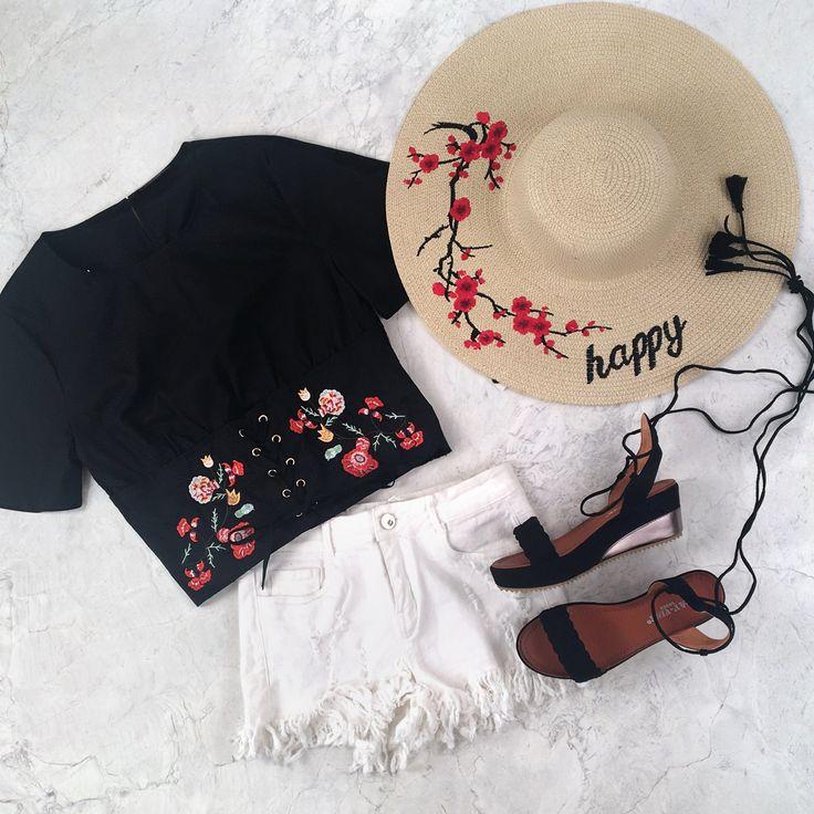 """Une jolie tenue parfaite pour l'été composée d'un short en jean blanc destroy avec des franges, un tee shirt effet corset à lacet et motif fleurs, d'une capeline avec des fleurs et l'inscription """"happy"""" et d'une paire de sandales légèrement compensées avec un lien à nouer à la cheville.  #tendance#ootd#outfit#mode#flower#fleur#fashion#summer"""