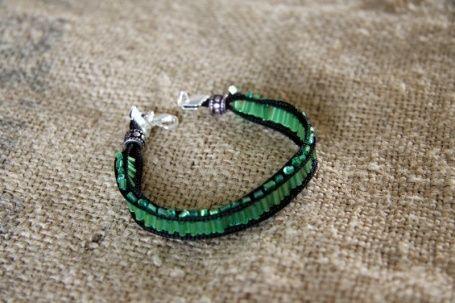 Bracelet soie et perles vert/noir €23.00