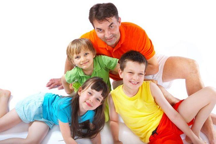 ¿Cuál es la frecuencia respiratoria normal en los niños?. Los niños respiran más rápidamente que los adultos. El tamaño del cuerpo, el peso y nivel de actividad influyen en la frecuencia de respiración normal. Pero la edad es el factor más comúnmente utilizado para determinar los valores normales. ...