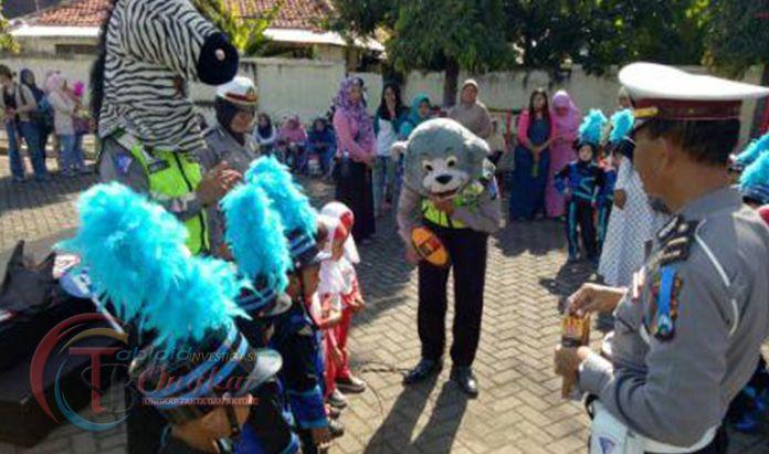 Polisi Situbondo Kenalkan Anak TK Tertib Lalulintas Dengan Cara Berpakaian Badut