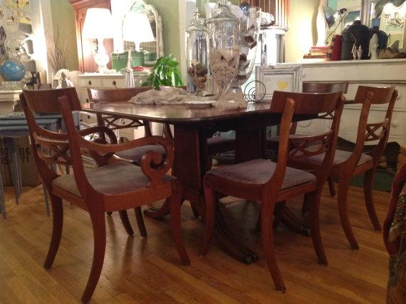 Antique mahogany duncan phyfe dining room table displays for Duncan 5 dining room table