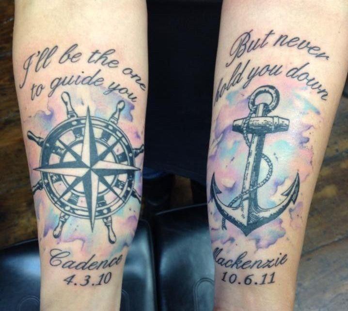 tatouage rose des vents avec barre à roue, ancre, noms et dates de naissance des enfants
