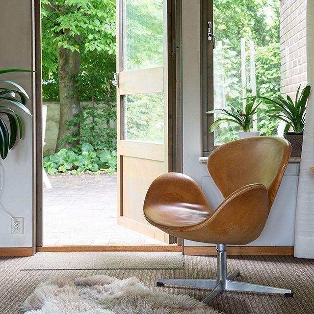 Med lugnt läge på rofyllda Midgårdsgatan ligger denna stilrena 1970-tals villa i ett helt fantastiskt originalskick! Råa, mörka tegelväggar står i kontrast till ljusa trädetaljer – alla tidstypiska kännetecken för dåtidens arkitektur finns här. Inslag som kommit tillbaka och håller än idag. Enkelheten talar för sig själv, det är detaljerna och exteriören som gör helheten. Välkomna till Midgårdsgatan 44. Utgångspris: 5995000:- Mäklare: Per Jörgensen 040-101101 per@bo-laget.se #bolaget…