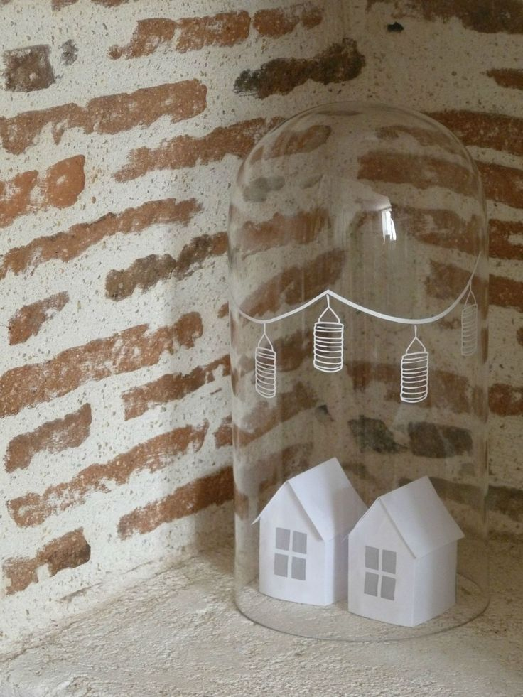 Chez la source d'Angèle - easy Dekoration mit Häuschen unter der Glashaube und Lampions -> Kreidestift?