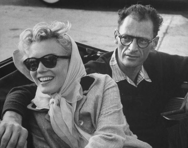 Marilyn Monroe with a pair of Ray-Ban sunglasses while sitting with husband and playwright Arthur Miller in the back of a convertible in 1956. #Marilynmonroe #Rayban #arthurmiller #sunglassses