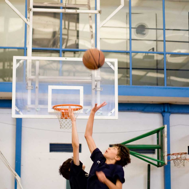 """Dos jugadores disputan un balón durante el Campus """"Estrellas del Deporte"""", en el que participaron 5 chicos de la Escuela """"Baloncesto para Todos"""" becados por Cetelem"""