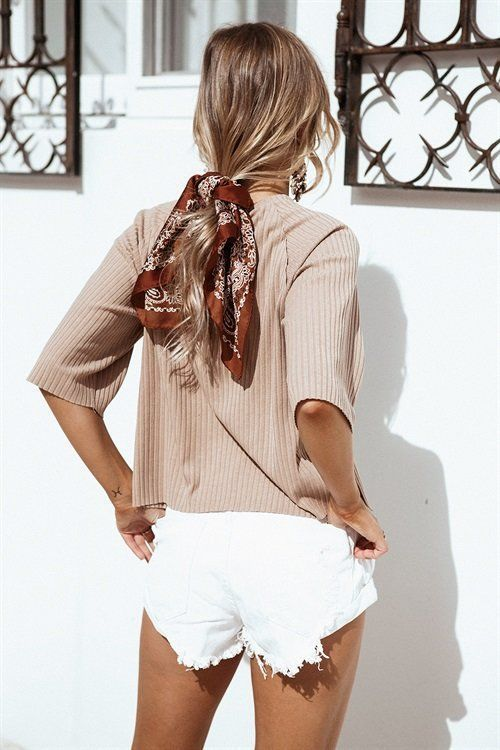 Idée de coiffure avec un foulard cheveux pour vos queue de cheval. Enrouler et attacher un foulard autour de ses cheveux courts ou longs.